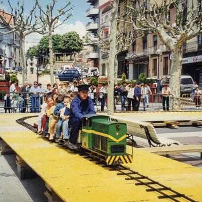 Mini tren al passeig de Miquel Blay, o Firal. ACGAX. Servei d'Imatges. Fons Jaume Tané Cufí. Autor desconegut, 1999.
