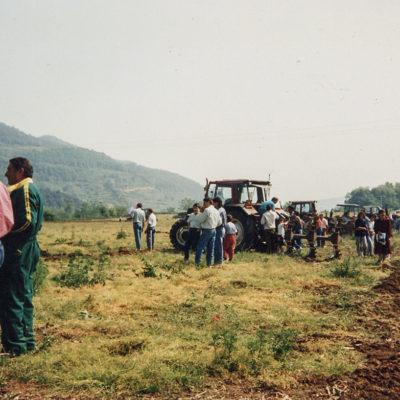 Campionat d'arada al camp de les Planotes del mas Subiràs. ACGAX. Servei d'Imatges. Fons Jaume Tané Cufí. Autor desconegut, 1992.