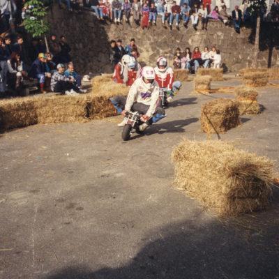 Cursa de Pocket Bike al Puig del Roser. ACGAX. Servei d'Imatges. Fons Jaume Tané Cufí. Autor desconegut, c.1985.
