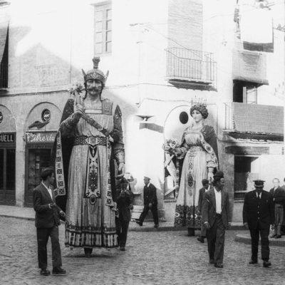 Vista parcial de la cercavila de Corpus, a la plaça del Carme. ACGAX. Servei d'Imatges. Fons Joan Antoni Satorre Tomàs. Autor: Joan Antoni Satorre Tomàs, 1962.