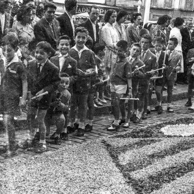 Vista parcial d'una processó de Corpus, a la plaça Major. ACGAX. Servei d'Imatges. Fons Joan Antoni Satorre Tomàs. Autor: Joan Antoni Satorre Tomàs, 1960.