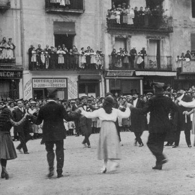 Vista parcial de la plaça Major d'Olot durant la ballada de la sardana de Corpus. ACGAX. Servei d'Imatges. Col·lecció d'imatges de Josep M. Dou Camps. Autor desconegut, 1917.