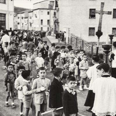 Vista parcial d'una processó de Corpus, al carrer de Josep Ayats. ACGAX. Servei d'Imatges. Fons Emili Pujol Planagumà. Autor: Emili Pujol Planagumà, 1960.