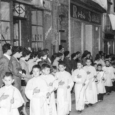 Vista parcial d'una processó de Corpus, al carrer de Sant Rafel. ACGAX. Servei d'Imatges. Fons Joan Antoni Satorre Tomàs. Autor: Joan Antoni Satorre Tomàs, 1959.