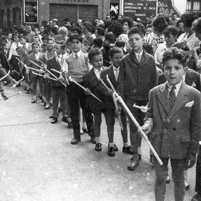 Vista parcial d'una processó de Corpus, al carrer de Sant Esteve. ACGAX. Servei d'Imatges. Fons Joan Antoni Satorre Tomàs. Autor: Joan Antoni Satorre Tomàs, 1960.