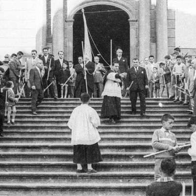Vista parcial d'una processó de Corpus, a les escales de l'església parroquial de Sant Esteve d'Olot. ACGAX. Servei d'Imatges. Fons Joan Antoni Satorre Tomàs. Autor: Joan Antoni Satorre Tomàs, 1960.