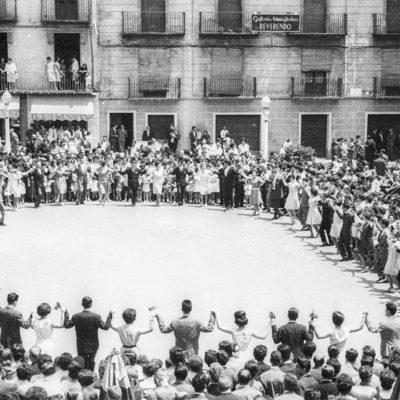 Vista general de la sardana de Corpus, a la plaça Major. ACGAX. Servei d'Imatges. Fons Joan Antoni Satorre Tomàs. Autor: Joan Antoni Satorre Tomàs, 1969.