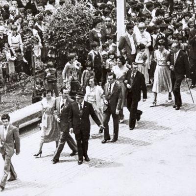 Vista parcial del passant de les parelles participants a la sardana de Corpus, a la plaça Major. ACGAX. Servei d'Imatges. Col·lecció L'Abans. Cessió de Domènec Moli Serra. Autor desconegut, 1977.