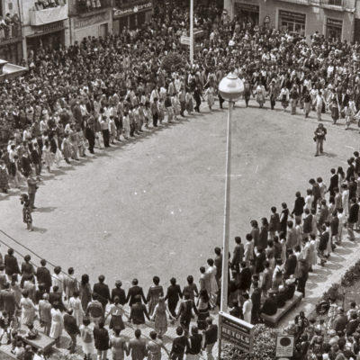Vista general de la sardana de Corpus, a la plaça Major, organitzada pel Centre Catòlic d'Olot, amb motiu del seu centenari. ACGAX. Servei d'Imatges. Col·lecció L'Abans. Cessió de Domènec Moli Serra. Autor: Jesús Coma Rico, 1978.