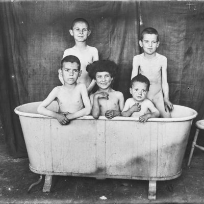 Els fills de la família Jaume Asperó, dins d'una banyera. ACGAX, Francesc Jaume Coll (Mestres), 1926