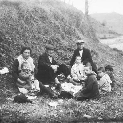 Retrat de la família Jaume Asperó menjant, al camp. ACGAX, Francesc Jaume Coll (Mestres), 1926
