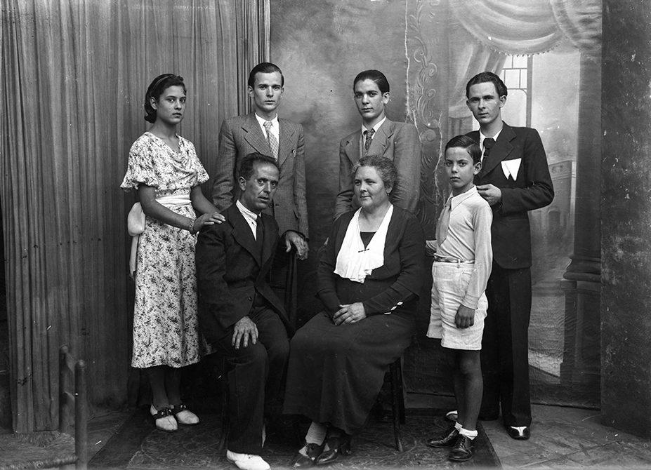 Retrat de grup de cos sencer de la família Jaume.