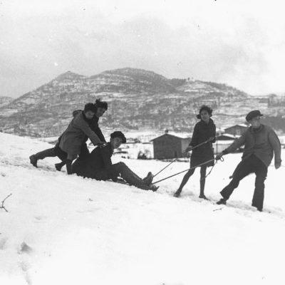 Retrat de grup dels fills de la família Jaume Asperó, estirant un trineu de neu entre el volcà de Montolivet i l'actual barri del Pla de Dalt, a Olot. ACGAX, Francesc Jaume Coll (Mestres), 1931