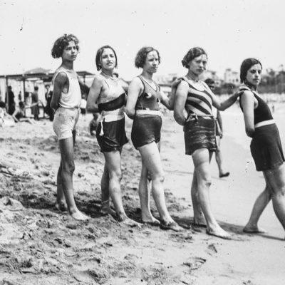 Retrat de cinc noies als Banys de S'Agaró, a la platja de Sant Pol, a Feliu de Guíxols. ACGAX, Francesc Jaume Coll (Mestres), 1933