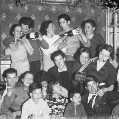 Retrat de grup de la família Jaume Asperó i uns amics de durant la revetlla de Cap d'Any. ACGAX, Francesc Jaume Coll (Mestres), 1936