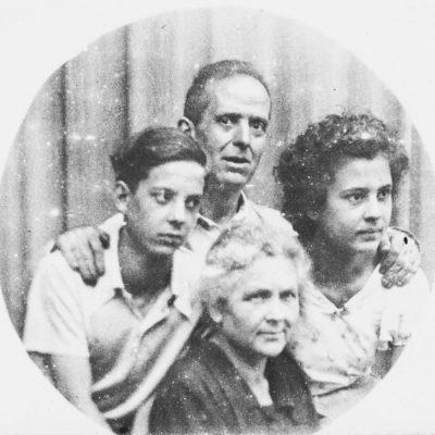 Retrat de Francesc Jaume i Faustina Asperó amb els seus fills Estanislau i Palmira. ACGAX, Francesc Jaume Coll (Mestres), 1938